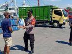 anggota-polsek-kawasan-memberikan-bantuan-kepada-buruh-di-pelabuhan-gresik.jpg