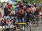 anggota-selipo-mengenakan-batik-saat-gowes-sore-keliling-ponorogo.jpg