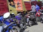 antrean-sepeda-motor-milik-petani-yang-akan-mengisi-solar-menggunakan-jerigen.jpg
