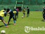 arema-fc-putri-saat-latihan-di-stadion-gajayana-malang3.jpg