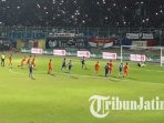 arema-fc-vs-borneo-fc-di-stadion-kanjuruhan-malang_20180811_195048.jpg