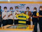 asisten-manager-pt-wilmar-nabati-indonesia-hartono-tengah-bersama-ceo-gresik-united-m-alan.jpg