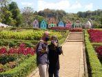 ayun-berswafoto-di-taman-bunga-wisata-wagos-setelah-menerima-vaksin-kamis-2972021.jpg
