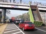 bak-truk-hino-tersangkut-jembatan-layang-tol-sidoarjo-porong.jpg