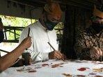 bambang-haryo-soekartono-bhs-berkunjung-ke-rumah-batik-tulis-al-huda-sidoarjo.jpg