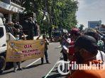 bamboe-runcing-bersatu-lakukan-aksi-protes-di-depan-kantor-ojk.jpg
