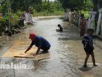banjir-merendam-jalan-desa-di-banjaragung-kecamatan-balongpanggang.jpg