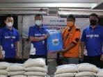 bank-bca-malang-secara-simbolis-menyerahkan-bantuan-pada-warga-terdampak-gempa-bumi-malang.jpg