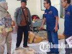 bawaslu-kota-blitar-saat-mengecek-laporan-kiriman-paket-tabloid-indonesia-barokah1.jpg