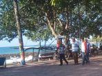 beberapa-warga-yang-sedang-berjalan-di-kawasan-obyek-wisata-pasir-putih-tidak.jpg