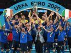 bek-italia-giorgio-chiellini-mengangkat-trofi-euro-2020.jpg