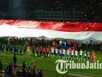 bendera-raksasa-dibentangkan-di-tengah-lapangan-stadion-kanjuruhan-jelang-laga-arema-fc-vs-psis.jpg