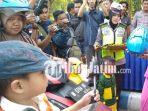 berita-bangkalan-ketua-bayangkari-bangkalan-bagi-bagi-helm_20180926_172201.jpg