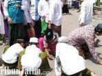 berita-bangkalan-santri-bangkalan-berebur-bunga-melati-di-masjid-agung-bangkalan.jpg