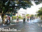 berita-gresik-air-merendam-jalan-raya-morowudi-kecamatan-cerme-gresik.jpg