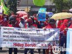 berita-gresik-para-pekerja-di-pt-newera-rubberindo-unjuk-rasa-menuntut-gaji.jpg