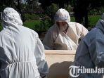 berita-gresik-pemakaman-dengan-standar-covid-19-di-sslah-satu-tpu-di-kabupaten-gresik.jpg