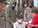 berita-gresik-polisi-saat-mendampingi-vaksinasi-para-lansia-di-balai-desa-yosowilangun.jpg