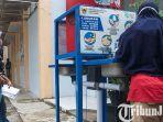 berita-kediri-penerima-bst-di-kota-kediri-mencuci-tangan-sebelum-masuk-ruangan.jpg