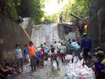 berita-kediri-warga-saat-melakukan-pembersihan-kerja-bakti-untuk-tempat-penampungan-air.jpg