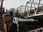berita-lamongan-crane-angkot-bangkai-truk-di-jembatan-widang-tuban_20180418_091249.jpg