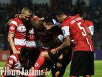 berita-lamongan-pemain-madura-united-rayakan-gol.jpg