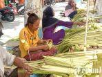 berita-lamongan-penjual-janur-dari-luar-daerah-menjamur-di-pasar-di-lamongan.jpg