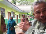 berita-lumajang-mariyadi-ditemui-kerabatnya-di-posko-pengungsian-balai-desa-sawaran-kulon.jpg