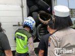berita-madiun-petugas-memeriksa-setiap-kendaraan-yang-masuk-ke-wilayah-kabupaten-madiun.jpg