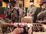 berita-malang-anggota-satpol-pp-kota-malang-saat-melakukan-penyitaan-minuman-beralkohol.jpg