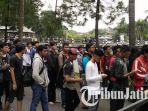 berita-malang-pengunjung-antre-festival-jepang-di-umm-malang_20170319_121954.jpg