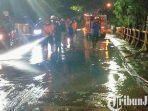 berita-pasuruan-tim-pmk-kota-pasuruan-saat-membersihkan-lumpur-paska-banjir.jpg
