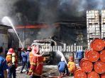 berita-sidoarjo-gudnag-kimia-di-jalan-raya-taman-sidoarjo-terbakar_20180628_130358.jpg