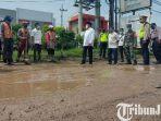 berita-sidoarjo-petugas-mulai-beraktivitas-perbaiki-jalan-raya-dan-pj-bupati-sidoajro-hudiyono.jpg