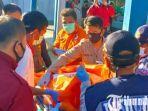 berita-situbondo-jasad-edy-wijaya-saat-dievakuasi-petugas-ke-mobil-ambulan.jpg