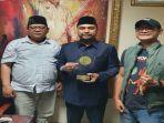 berita-surabaya-abdul-halim-sh-anggota-fraksi-gerindra-dprd-jatim-menerima-penghargaan.jpg
