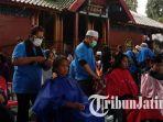 berita-surabaya-antre-potong-rambut-di-masjid-chengho_20170612_123729.jpg