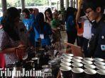 berita-surabaya-bagi-kopi-gratis-di-stasiun-gubeng-surabaya.jpg