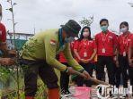 berita-surabaya-deputy-branch-manager-alfamart-dadang-budi-mulia-menanam-pohon.jpg