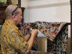 berita-surabaya-ketua-dpd-ri-aa-lanyalla-mahmud-mattalitti-lanyalla-mengamati-kain-batik-nasional.jpg