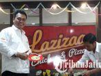 berita-surabaya-lazizaa-chicken-pizza-manyar_20170519_205558.jpg