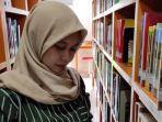 berita-surabaya-mahasiswa-saat-memilih-buku-di-perpustakaan.jpg