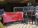 berita-surabaya-mantan-karyawan-cafe-rolas-demo-di-surabaya.jpg