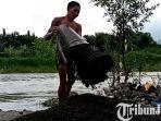 berita-surabaya-penambang-penyelam-mengangkat-pasir-dari-dasar-sungai-brantas-tulungagung.jpg
