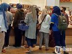 berita-surabaya-pengunjung-mall-di-surabaya.jpg