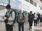 berita-surabaya-petugas-di-bandara-juanda-saat-tengah-mengecek-tiket-milik-penumpang-pesawat.jpg
