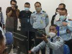 berita-surabaya-petugas-kantor-imigrasi-kelas-i-khusus-tpi-surabaya-menjelaskan-sejumlah-ulp.jpg