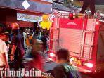 berita-surabaya-petugas-pemadam-kebakaran-di-putat-jaya-surabaya.jpg