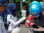 berita-surabaya-petugas-saat-melakukan-screening-kendaraan-masuk-ke-surabaya.jpg