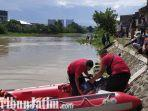 berita-surabaya-petugas-sar-mencari-bocah-yang-tenggelam-di-sungai-brantas-surabaya.jpg